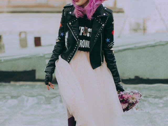 Une femme portant une veste noire