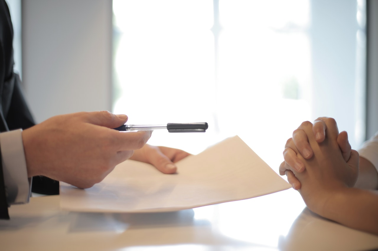 Un homme donnant un contrat à une femme