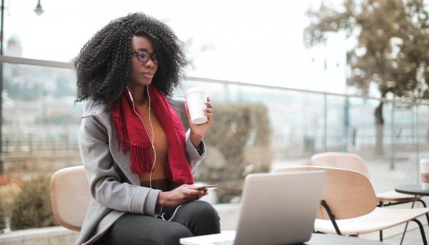 Une femme devant son ordinateur