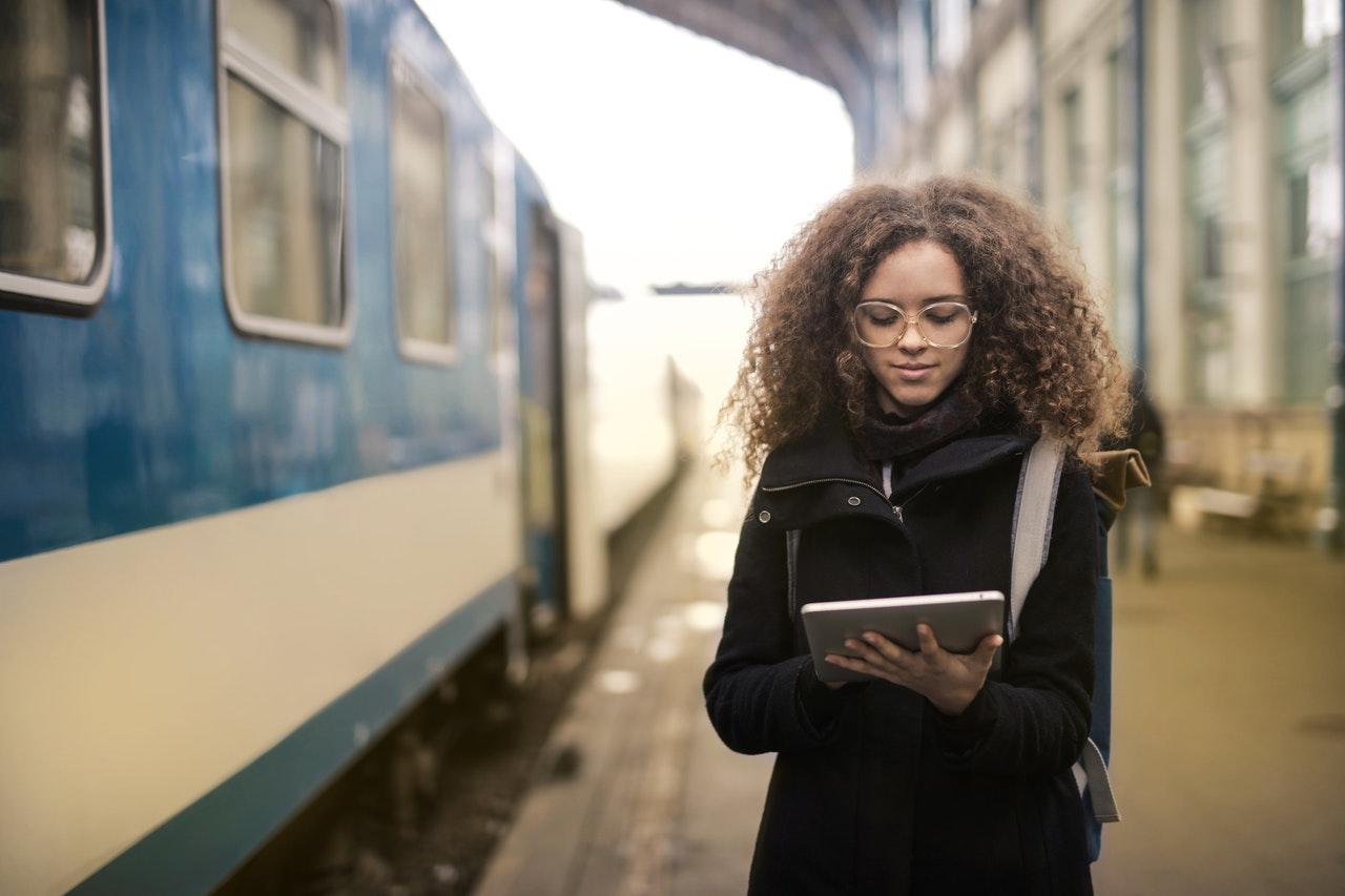 Une femme tenant une tablette