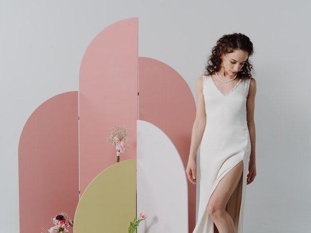 Une femme vêtue d'une robe blanche