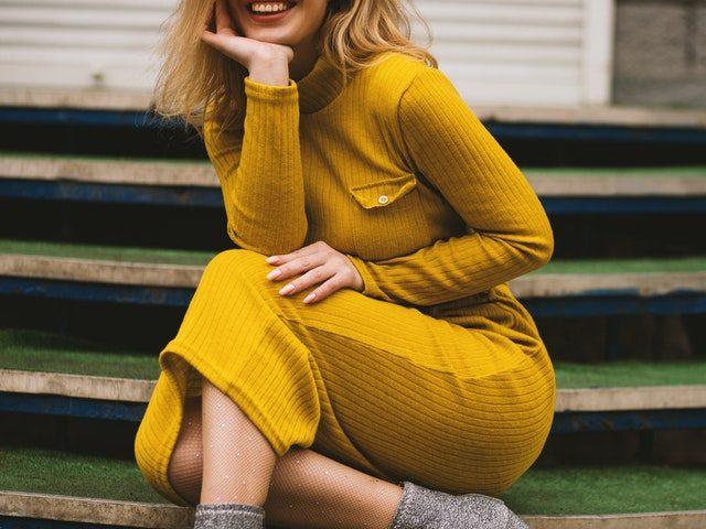 Une robe jaune à manches longues