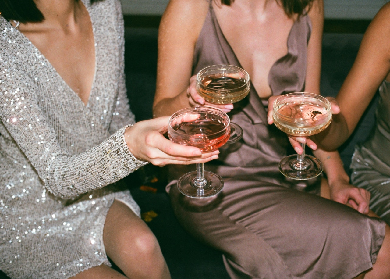 Des femmes buvant de l'alcool