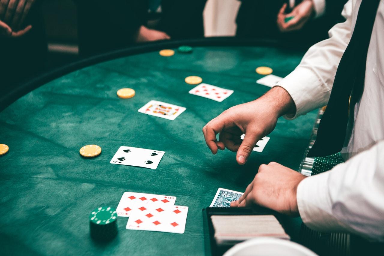 Des gens qui jouent au Poker