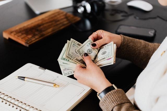 Une femme entrain de compter de l'argent
