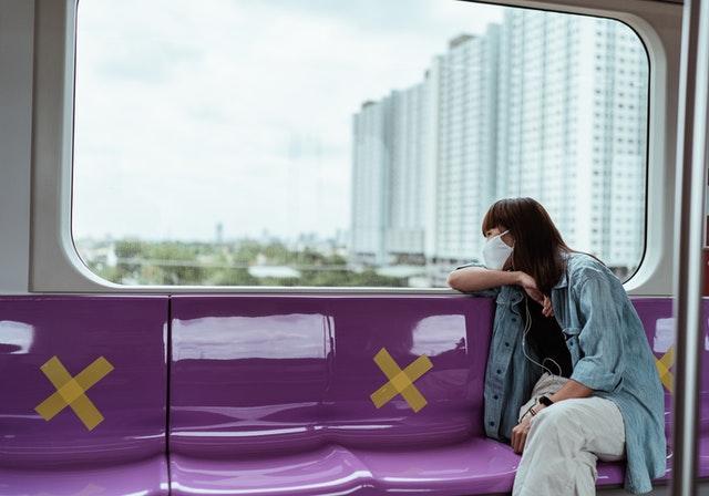 Une femme assise dans un transport public