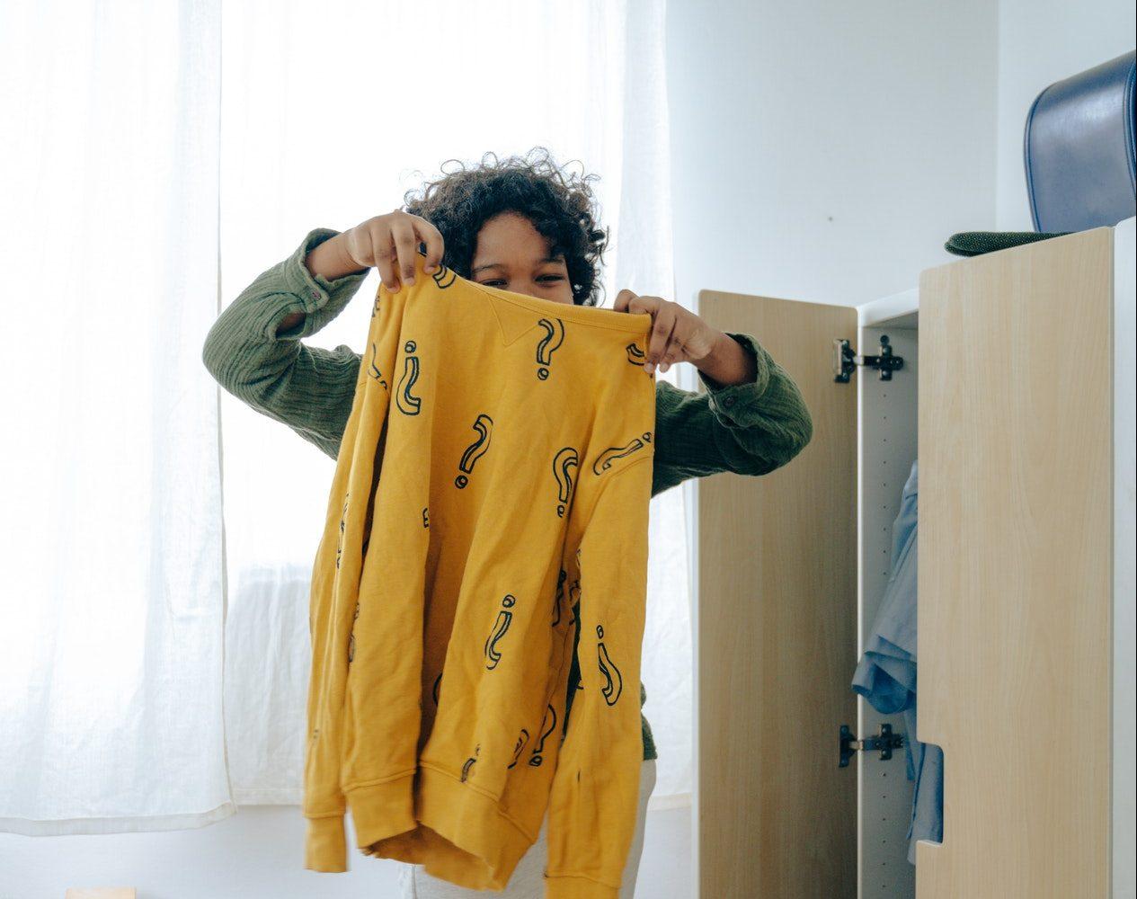 Une adolescente entrain d'arranger sa chambre