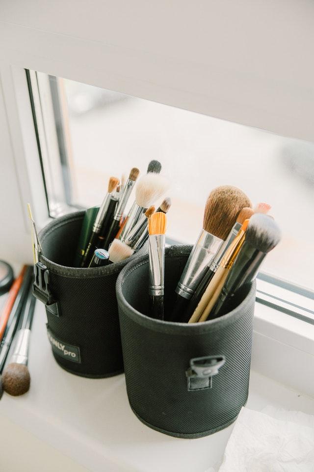 Ensemble de divers pinceaux pour le maquillage.