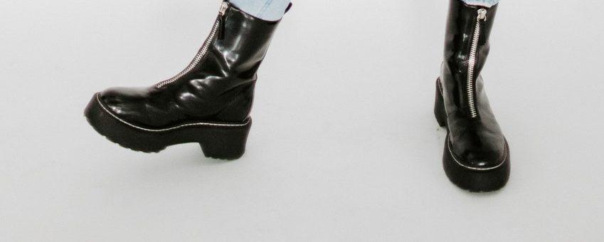 Une femme portant des bottes