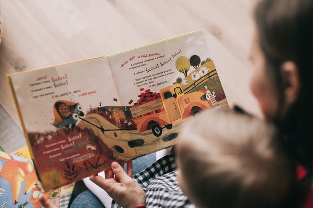 Lecture d'un livre avec une nounou de Nounoutop