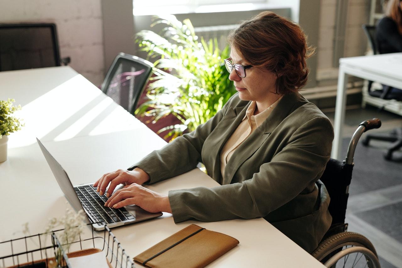 Une femme entrain de faire des recherche sur internet