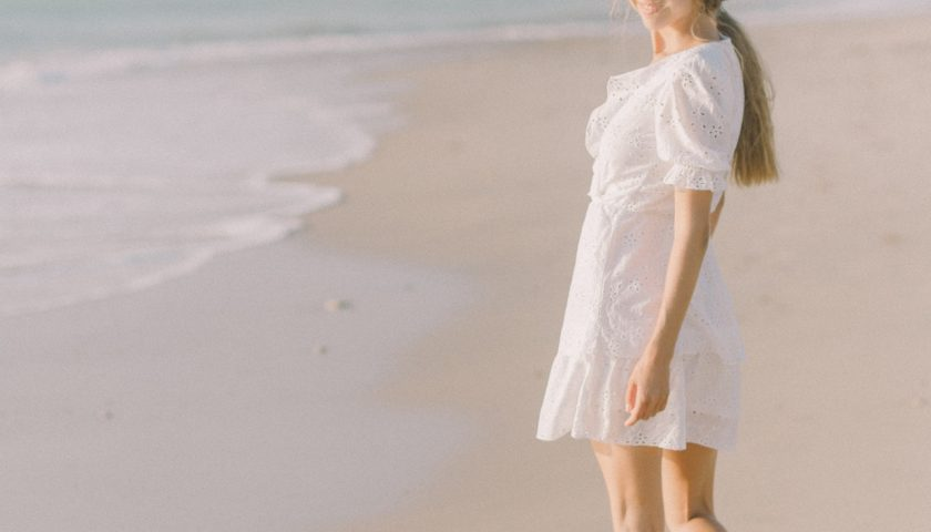 Une femme en robe blanche