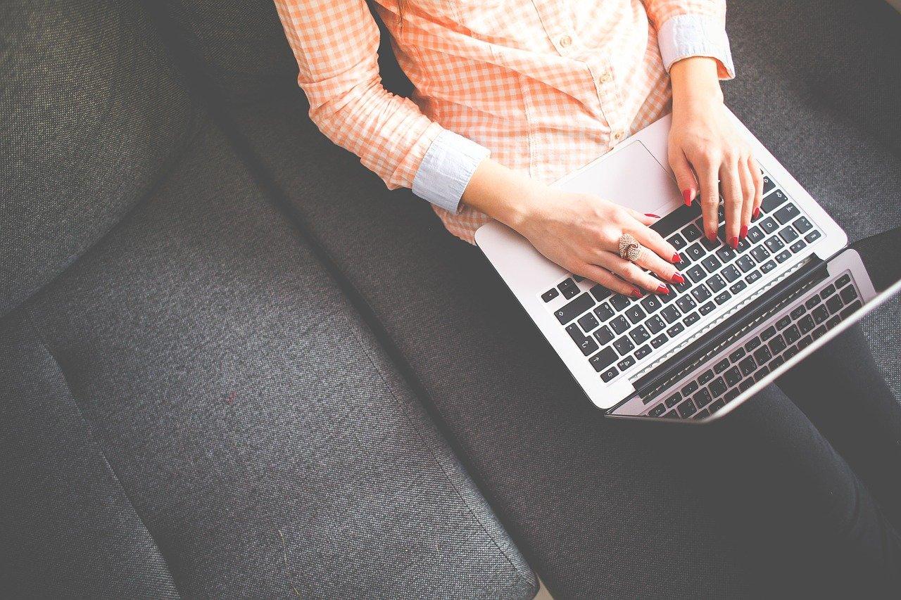 Femme sur un ordinateur